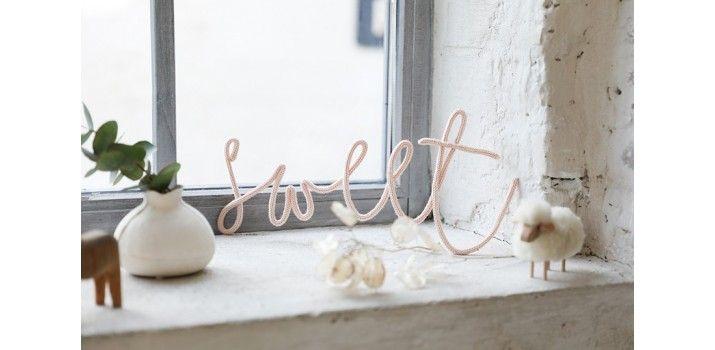 Une super idee de cadeau de naissance pour apporter une touche personnelle a la deco de la chambre de bebe mots en tricotin